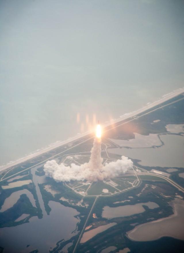 在执行STS-135任务时,亚特兰蒂斯号航天飞机从肯尼迪航天中心39A号发射台发射。星期五,7月8日2011年在卡纳维拉尔角,佛罗里达州。亚特兰蒂斯号是在航天飞机项目的最后一次飞行中发射的,这次飞行是前往国际空间站的12天任务。STS-135机组人员将运送Raffaello多用途后勤模块,其中包括空间站的补给和备件。图片来源:(美国宇航局/迪克·克拉克)
