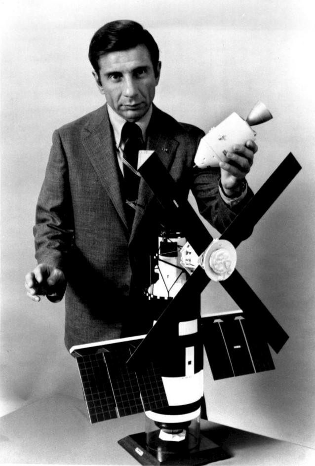 Jules Bergman demonstrating Skylab/Apollo in 1973.