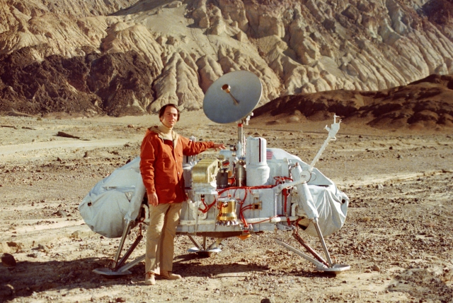 Carl Sagan with the Viking lander mock-up in Death Valley, California, on October 26, 1980.